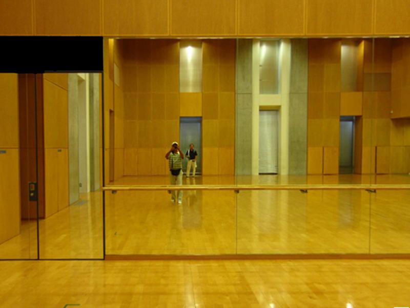 ヒビが入ってしまった体育館の鏡を交換!