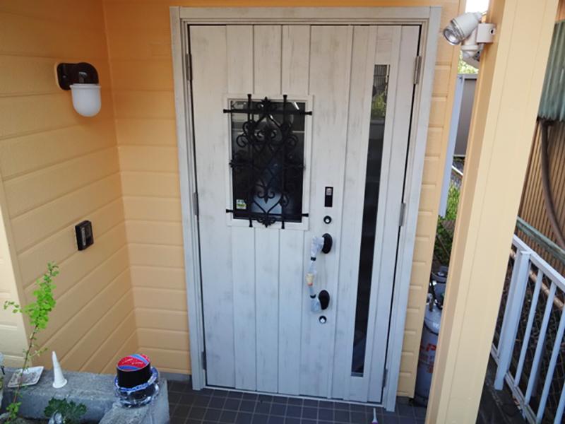 洋風デザインも素敵!1日で終わる玄関ドアリフォーム