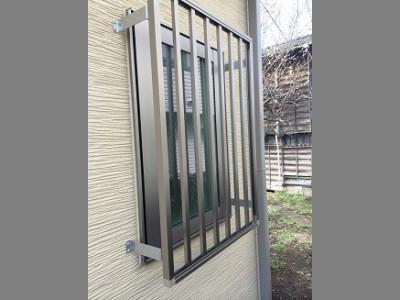 開き窓にも防犯対策を!面格子の取り付け