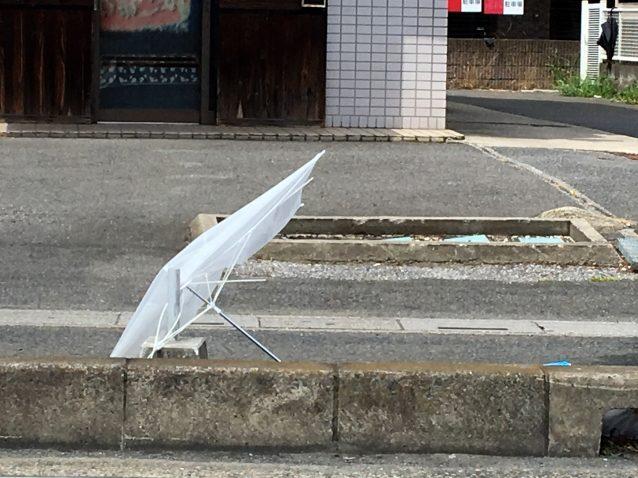 台風で飛ばされる傘