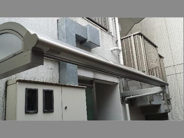 マンションの出入り口に、雨除け用屋根の取り付け(東京都大田区)