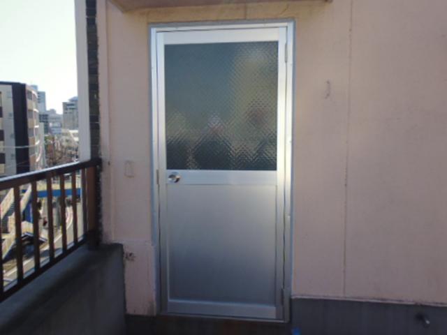 サビた屋上の扉(ドア)を新しくリフォーム!