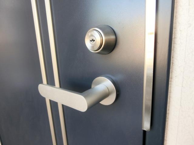 賃貸物件の玄関ドアが歪んだら直せる?