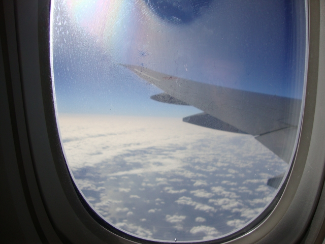 飛行機の窓の穴