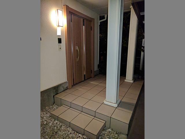 玄関ドアとタイル張替えリフォームでキレイに!(東京都大田区)