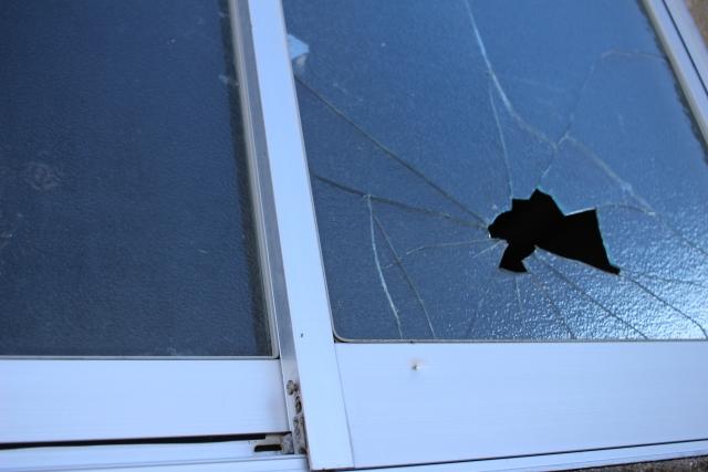 割れた窓ガラスの飛散を防ぐ!窓の台風対策