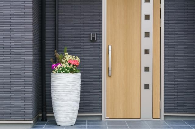 玄関ドアリフォームの方法と費用、素材や業者選びのポイント